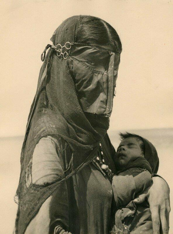 Мать с сыном. Бедуины, 1949 год, Египет