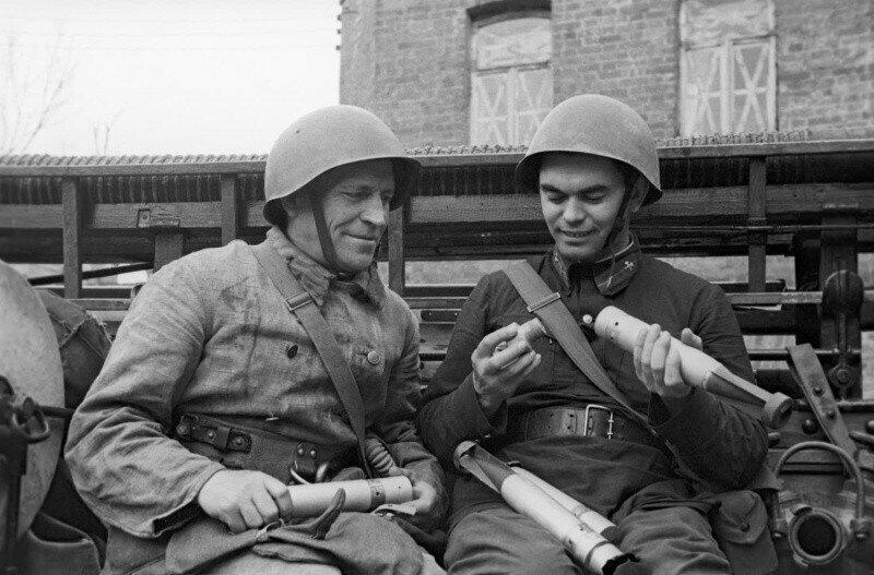 Пожарные осматривают немецкие зажигательные бомбы. 1942 г.