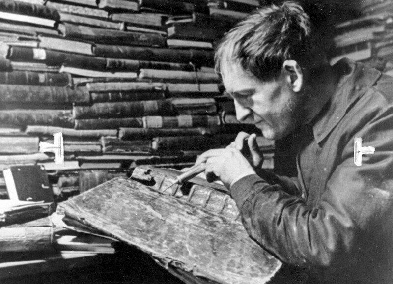 Вакцинация книг нафталином от моли в государственной библиотеке Цинциннати, 1934 год, США