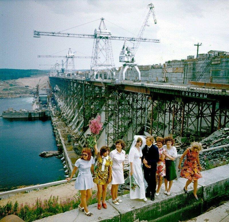 Молодожёны у строящейся Усть-Илимской ГЭС, 1976 год