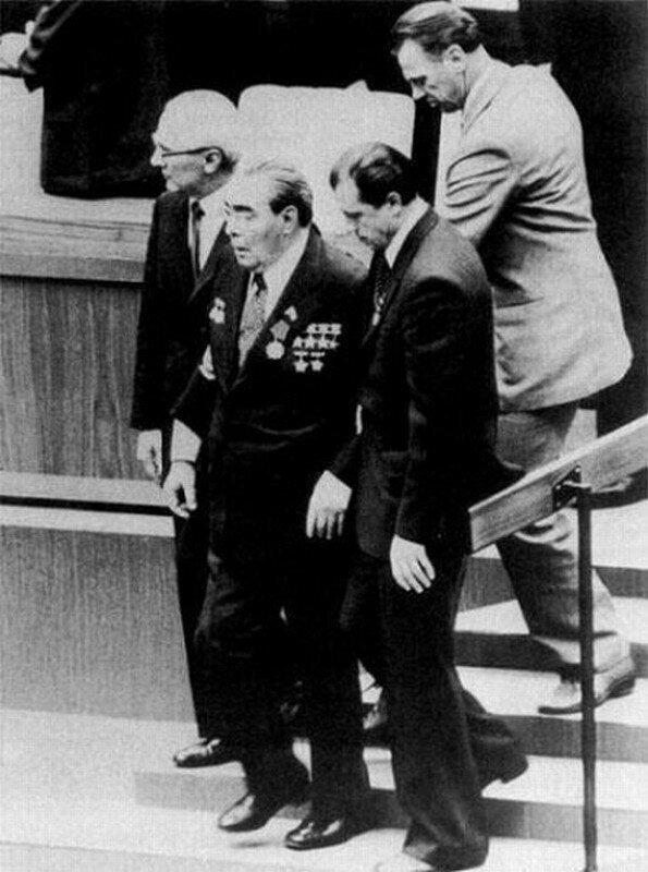 Генеральный секретарь ЦК КПСС Леонид Брежнев в окружении соратников. СССР. Начало 1980-х