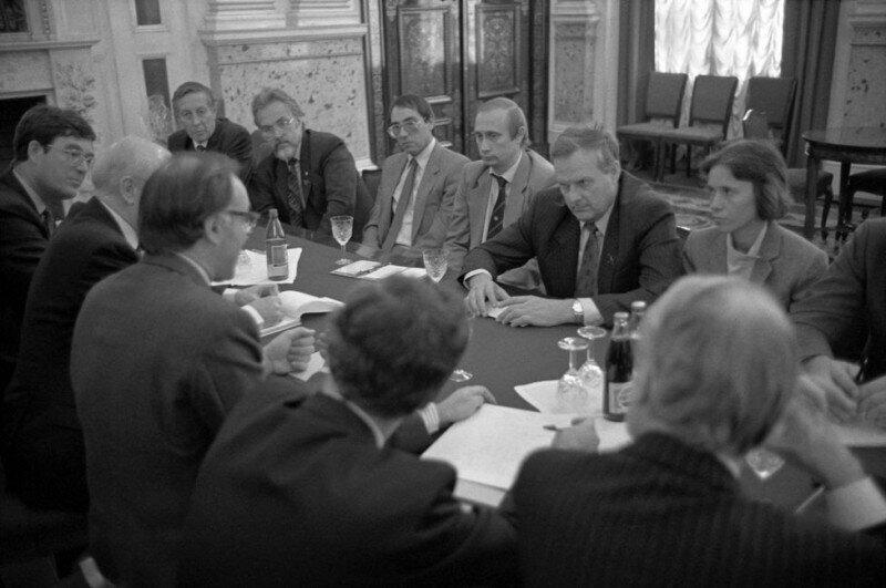 Госсекретарь Великобритании по вопросам занятости Майкл Говард, сидя напротив мэра города Анатолия Собчака, оговаривает новую торговую сделку. Ленинград, 30 сентября 1991 года