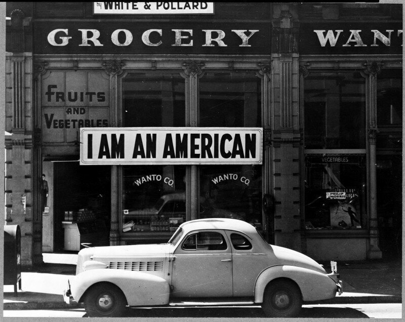Американец японского происхождения Тацуро Мацуда, установил на фасаде своего магазина табличку «Я - американец» 8 декабря, на следующий день после Пёрл-Харбора. США, 1942