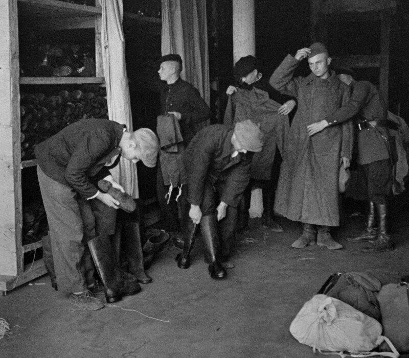 Новобранцы получают униформу на складе в Москве. 24 июня 1941 года.
