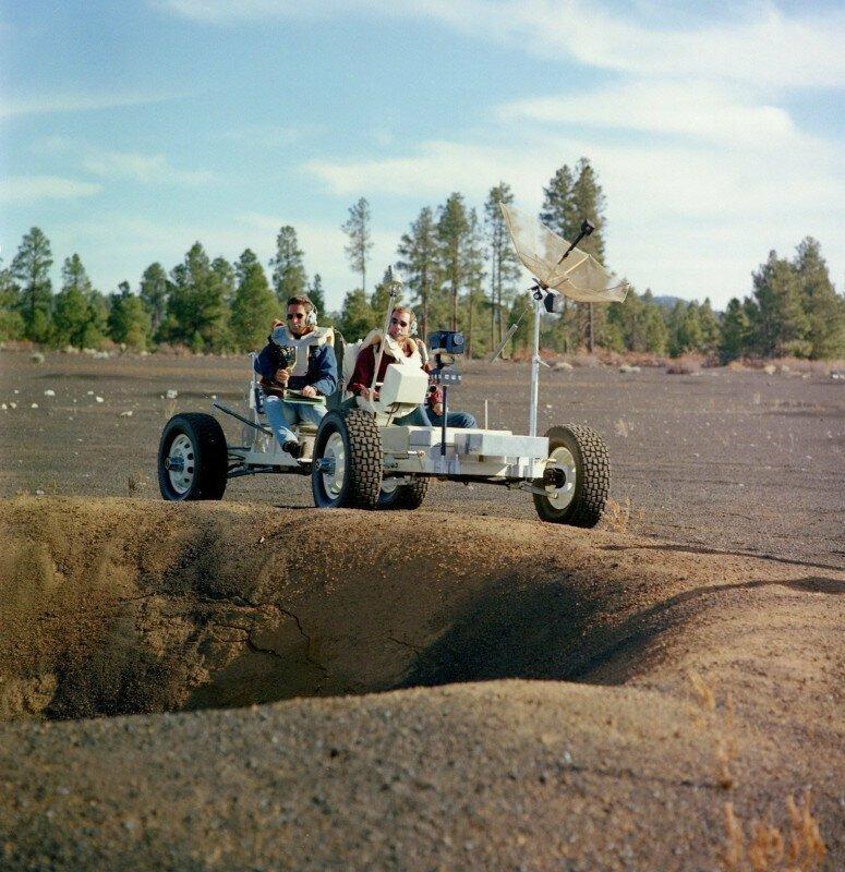 Астронавты Аполлона 15 Джим Ирвин и Дейв Скотт обучаются управлению Lunar Roving Vehicle (LRV). 1970