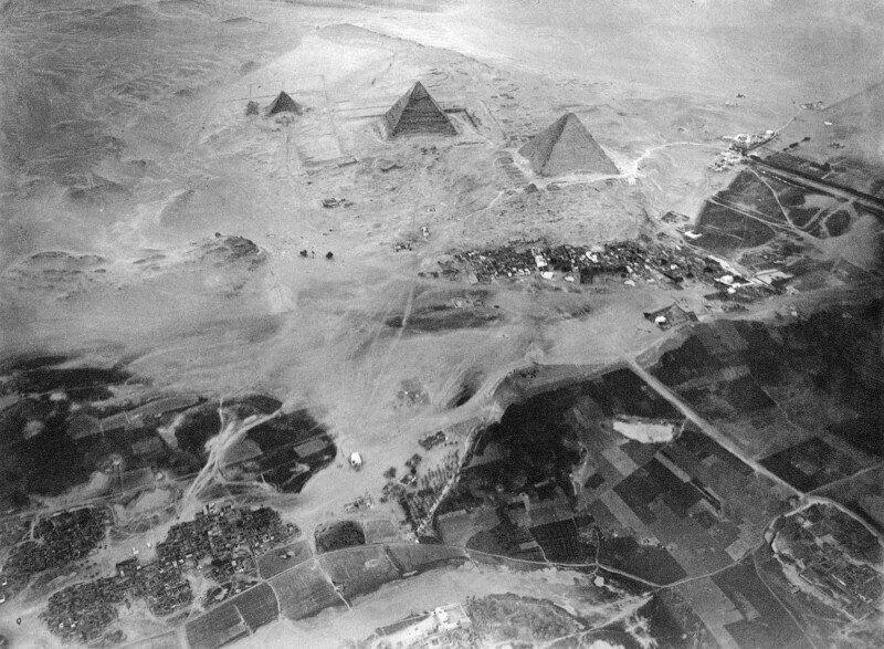 Комплекс пирамид Гизы, сфотографированный с воздушного шара Эдуарда Спелтерини 21 ноября 1904 г.