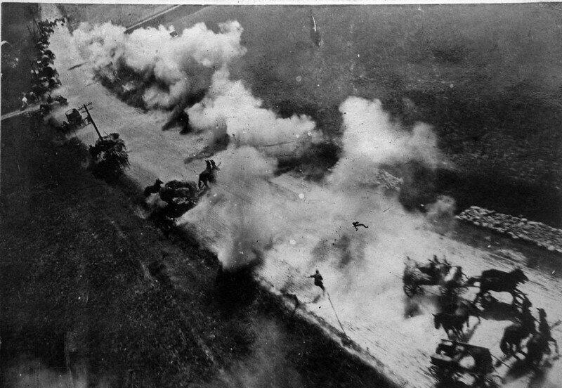 Уничтожение немецкой колонны снабжения. Кадр с фотопулемёта штурмовика. Операция Багратион, Беларусь, 1944