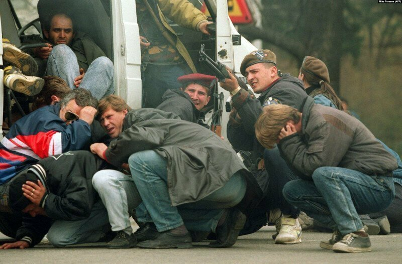 Боснийский солдат ведет ответный огонь по сербскому снайперу, который стрелял во время мирной демонстрации, 6 апреля 1992 года