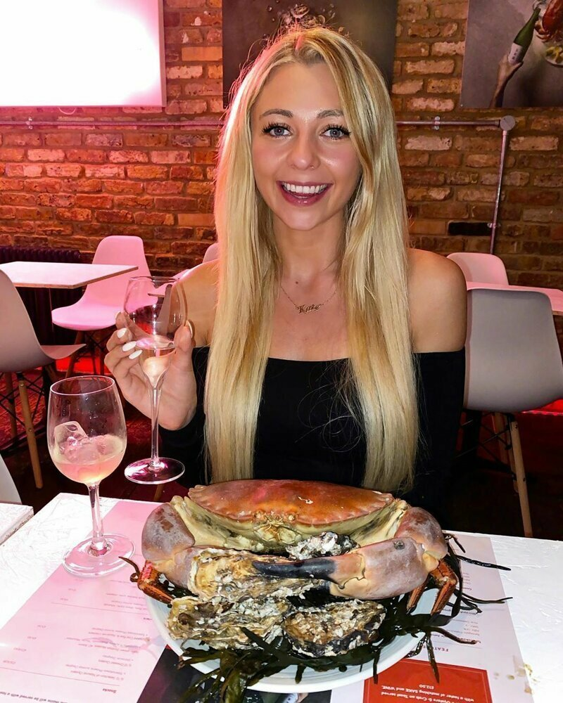 Фуд-блогер съедает на камеру метровый хот-дог