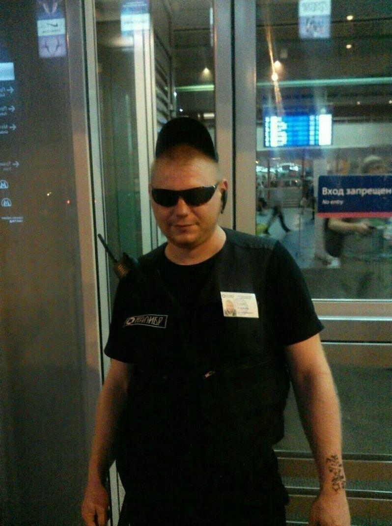 8. Когда твой кумир - это железный Арни, то ты пока вынужден работать охранником в Аэропорту