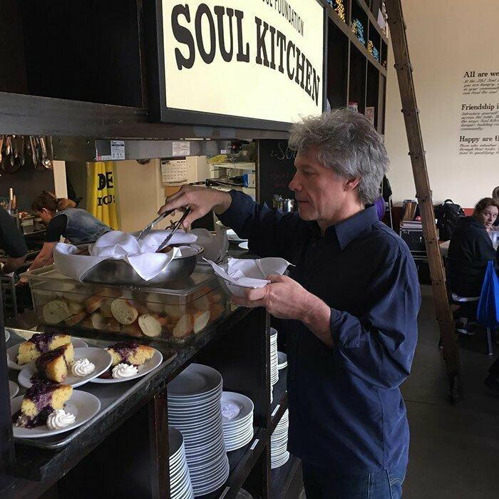 Джон Бон Джови бесплатно кормит в ресторанах нуждающихся
