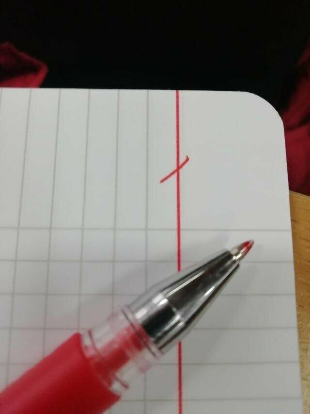 13. Красная ручка, имеющая абсолютно идентичный оттенок с полями