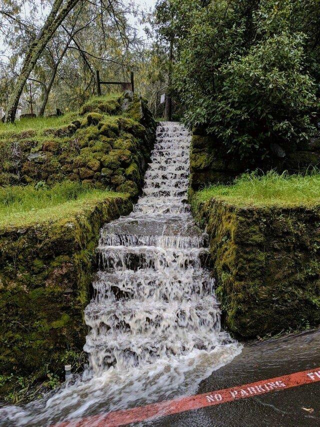 10. Сильный дождь превратил лестницу в водопад