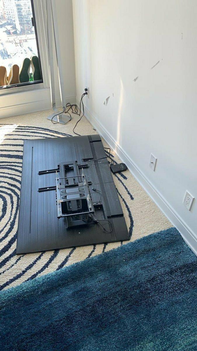 Если не уверены, что справитесь с установкой настенного ТВ сами, то лучше обратитесь в специальную службу