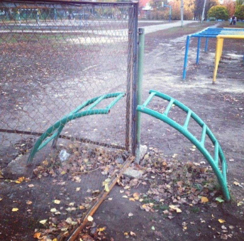 Нас разлучил забор