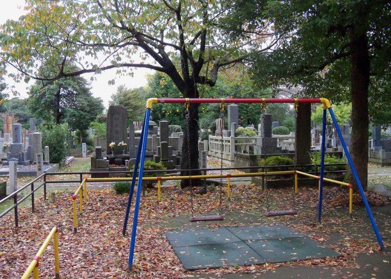 Поиграть на кладбище?
