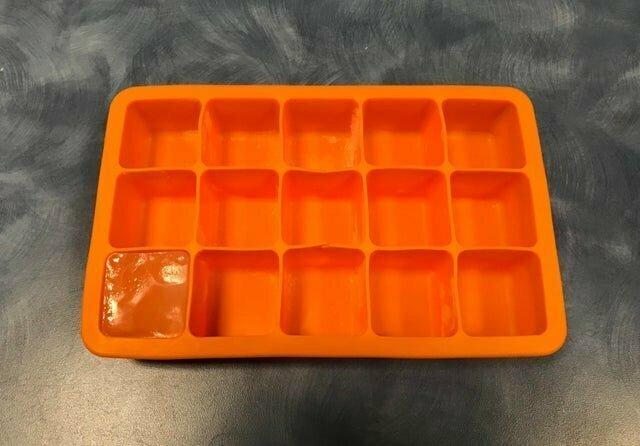 Человек, который последний раз брал лед в нашей семье, видел, что он заканчивается, но почему-то не залил воду