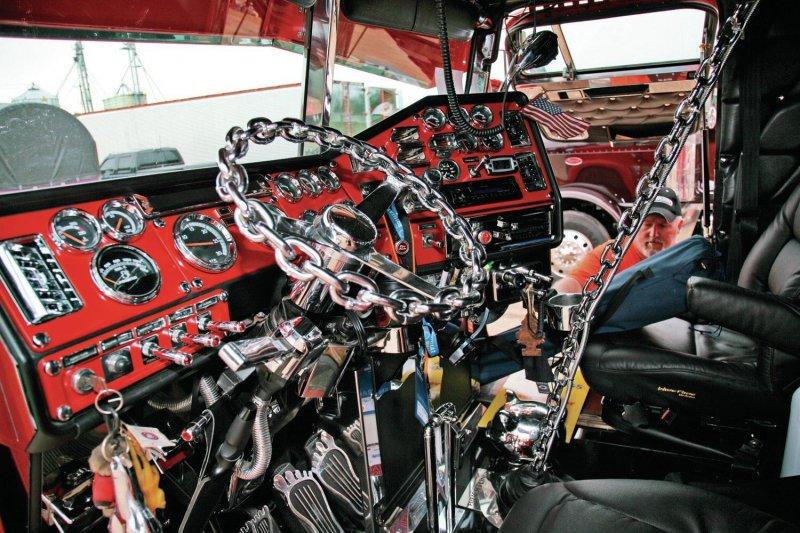 """Вот он какой - грузовик из """"Безумного Макса"""""""