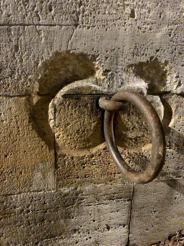 16. Следы на стене от швартового кольца в Париже