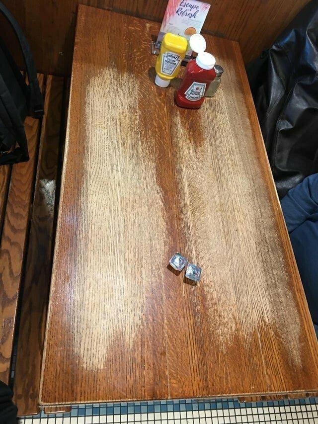 25. Стол в кафе