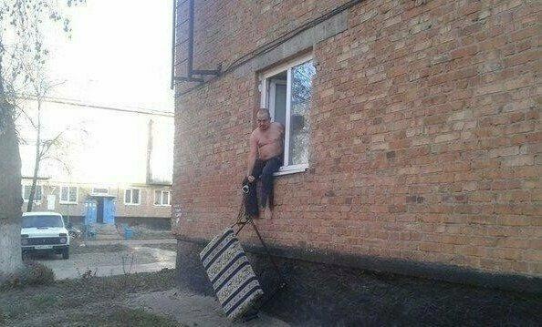 11. Мужик в окне с наручниками, пристегнутыми к дивану? Ничего необычного!