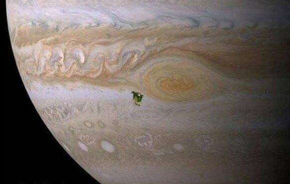 Гигантские планеты Солнечной системы во много раз больше Земли. Вот как, например, выглядела бы Северная Америка на Юпитере - всего лишь маленькая зеленая клякса