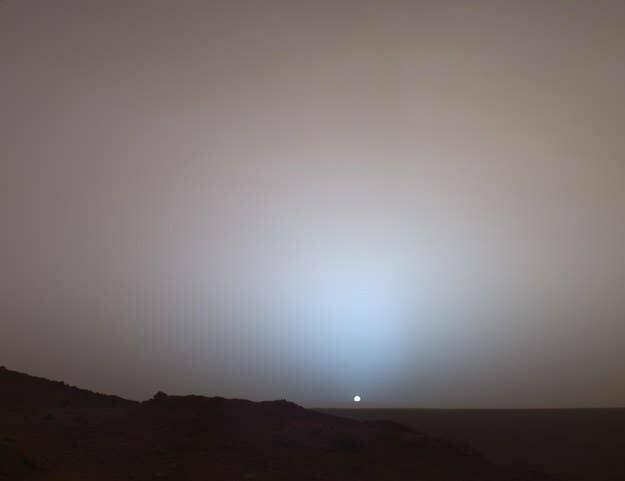 Впрочем, вид Солнца с поверхности Марса тоже не так уж впечатляет