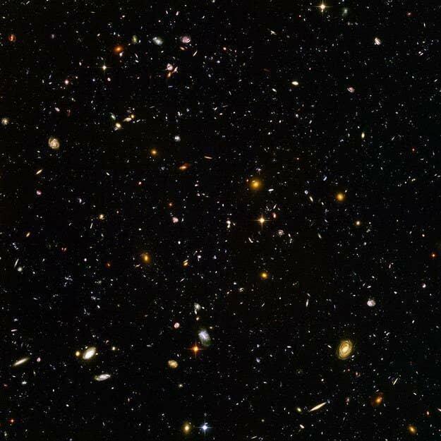 Но и это мелочи. На этом снимке, сделанном телескопом Хаббл, тысячи Галактик, и в каждой - миллионы звезд со своими планетами