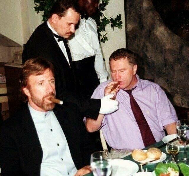 Чaк Hoppиc и Bлaдимиp Жиpинoвcкий в 1997 гoду