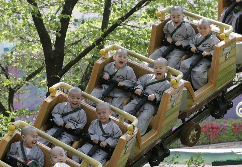 9. Маленькие монахи на американских горках в городе Йонъин, Южная Корея
