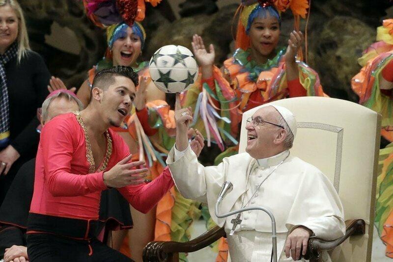11. Папа Франциск крутит мяч на пальце во время визита Кубинского цирка