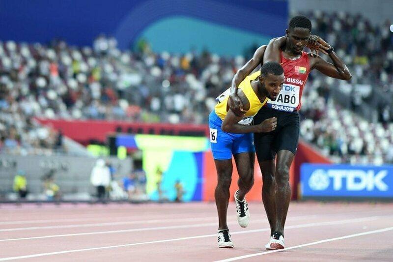 2. Бегун из Гвинеи-Бисау помогает дойти до финиша сопернику, которому стало плохо