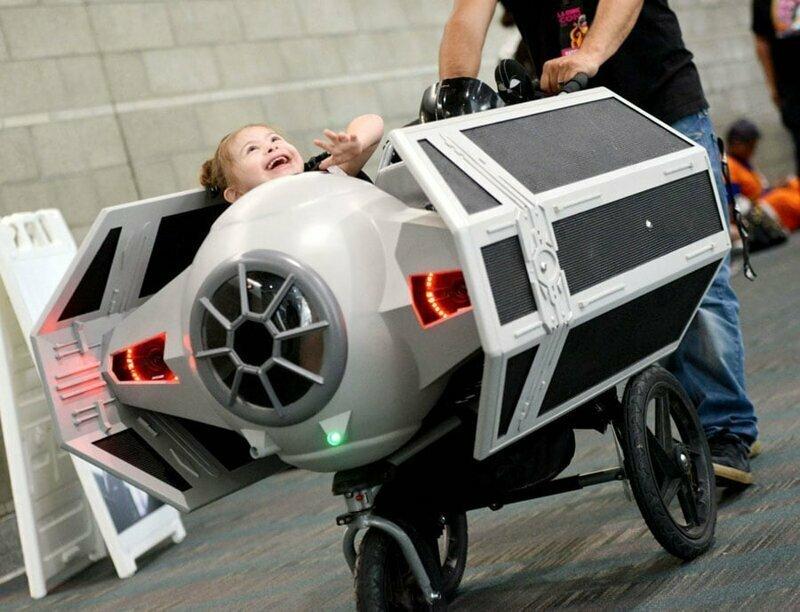 23. Посетители Comic Con в Лос-Анджелесе и коляска в форме TIE-истребителя из Звёздный войн