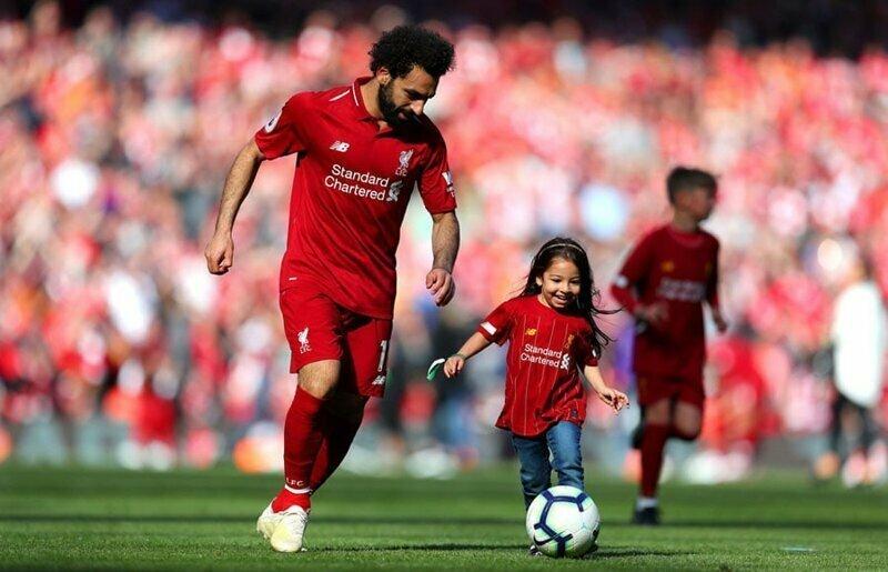 7. Футболист Мохаммед Салах играет со своей дочерью Маккой после матча