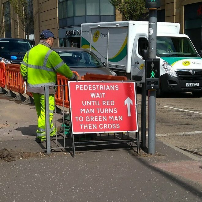"""""""Пешеходы! Дождитесь, пока красного человечка сменит зеленый человечек, и после этого переходите дорогу!"""""""