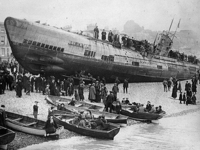 Немецкая субмарина U-118 была передана Франции. 5 апреля 1919 во время буксировки через Ла-Манш обрывается трос. Шторм выносит подводную лодку на пляж возле отеля Queens в городе Хастингс