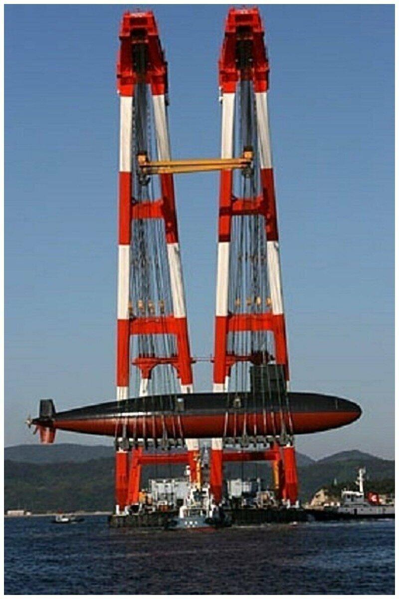 Плавучий кран, поднявший Мочисио SS-600 японского флота