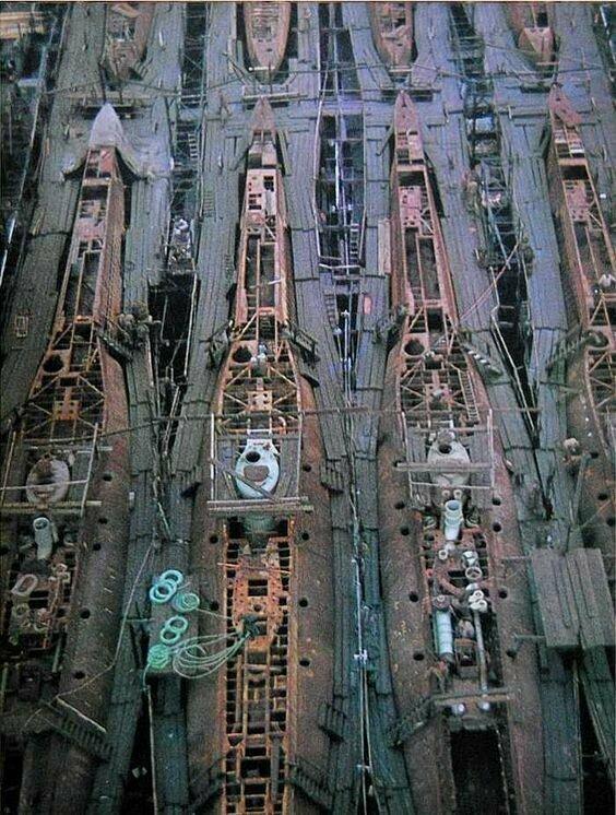Массовое производство подводных лодок на немецкой верфи, 1943 г.