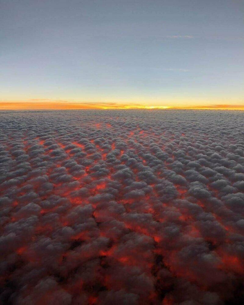 Так выглядят кучевые облака и закат солнца на высоте 9 144 метра (30000 футов)