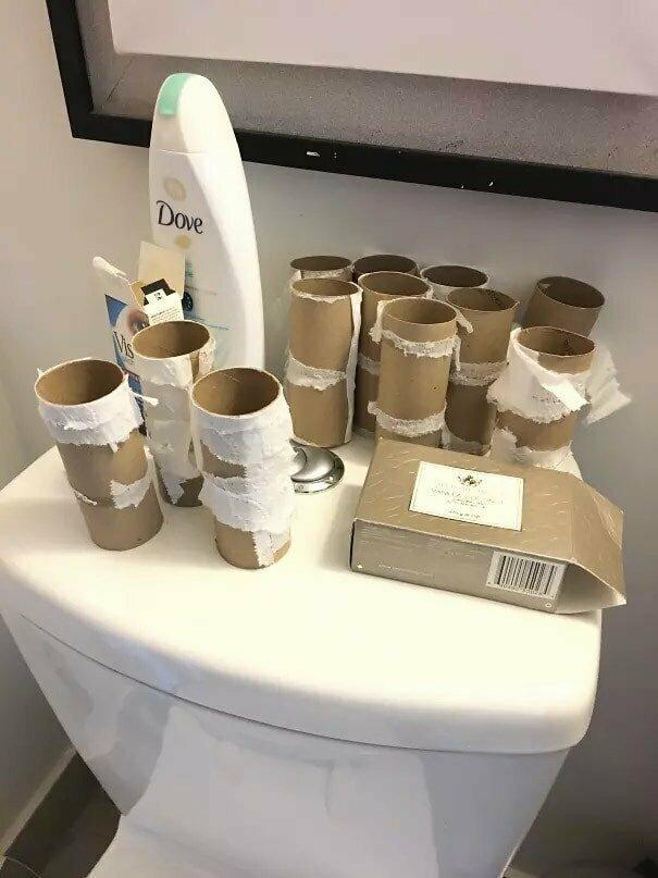 Человек, которому слишком лень выбрасывать втулки от туалетной бумаги