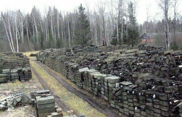 Западный Военный округ - одна из площадок открытого типа хранения боеприпасов. Здесь около 90 вагонов 125 мм осколочно-фугасных снарядов с зарядами к ним. 2011 год, Россия