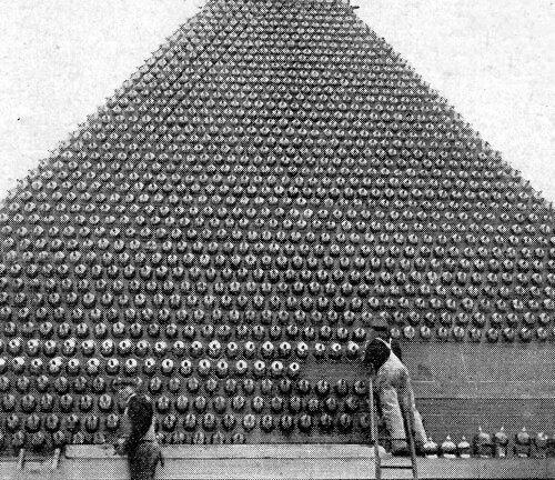 Захваченные немецкие шлемы с шипами (Первая мировая), собранные в пирамиду
