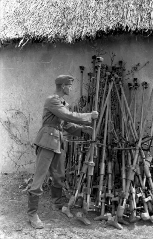 Немецкий солдат с кучей противотанковых винтовок, Украина, лето 1943 года