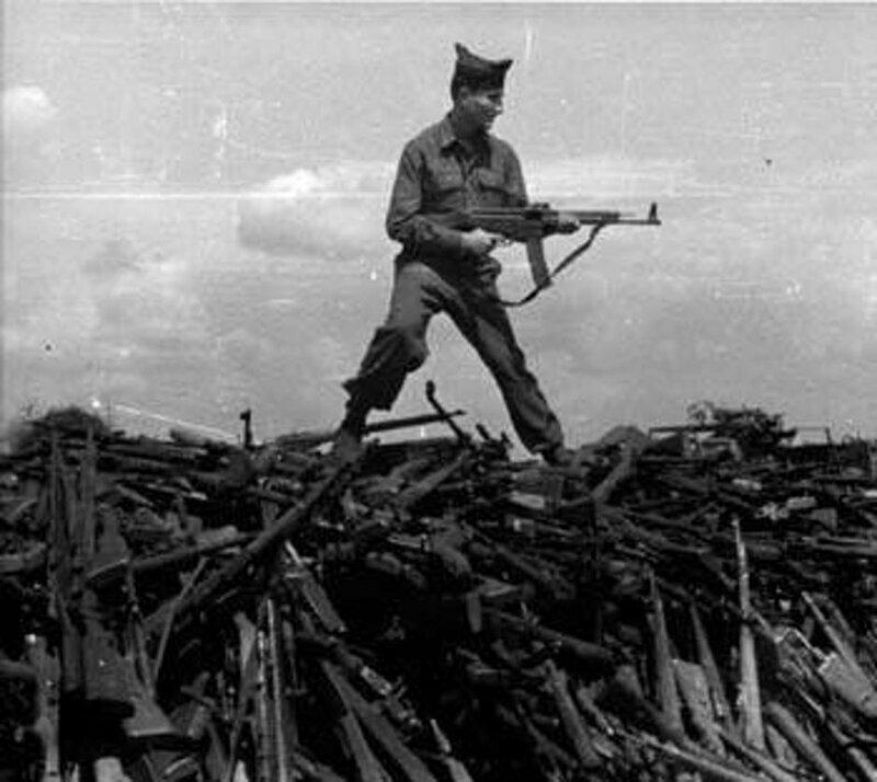 На последнем снимке американский солдат держит немецкую штурмовую винтовку Stg-44 (Sturmgewehr 44)