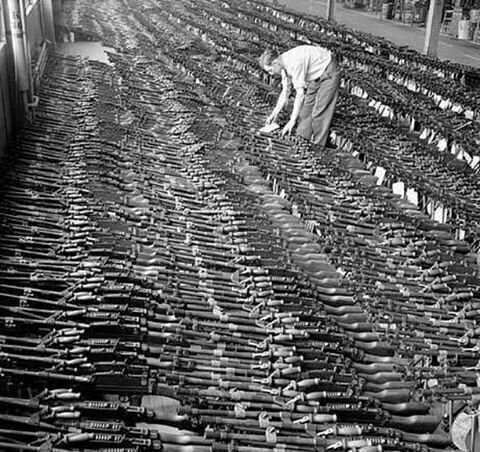 Недавно укомплектованные пулеметы Bren на заводе John Inglis and Company, Торонто, Канада, 1940-е годы.