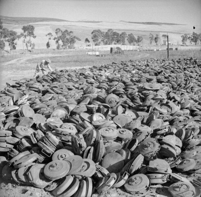 Куча немецких противотанковых мин, захваченных армией США