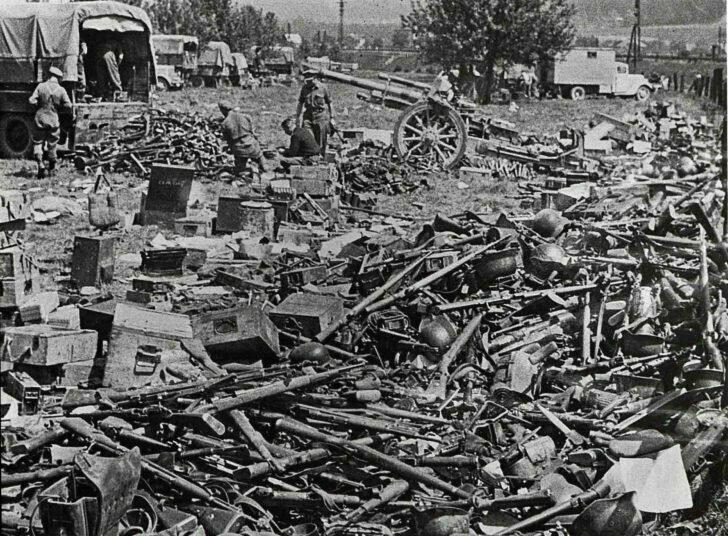 Горы немецкого оружия и боеприпасов захвачены союзной армией в Италии