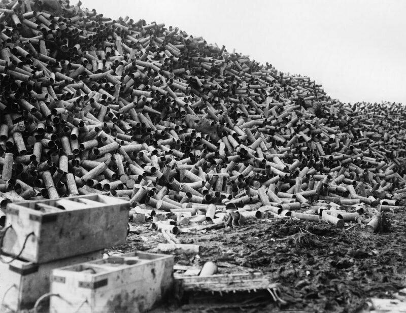 Корпуса снарядов остались от бомбардировки на Сомме