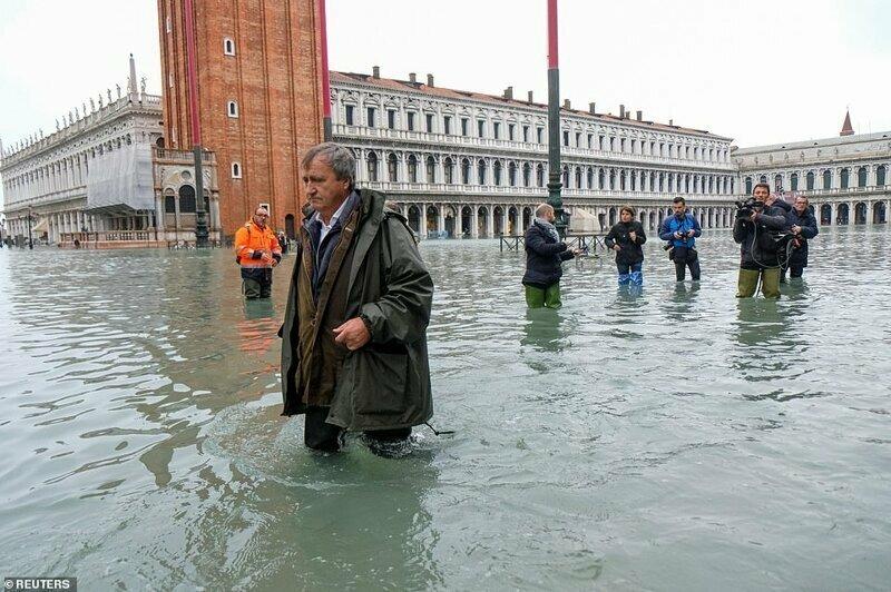 Прогулка по воде: мэр Венеции Луиджи Бруньяро гуляет по затопленной площади Сан-Марко