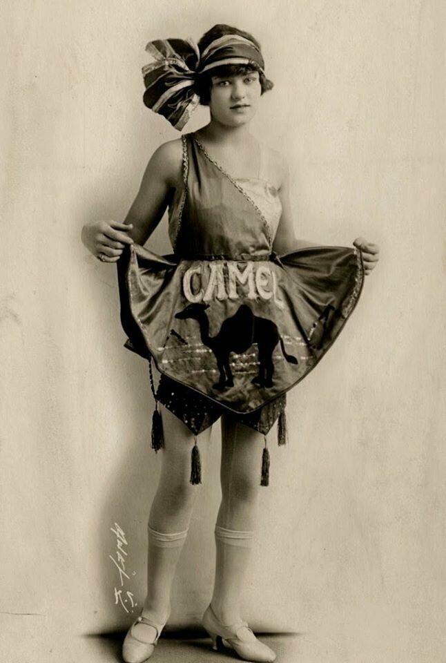 Модель рекламирует сигареты марки Camel, 1922 год.